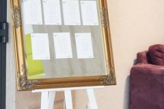 wynajem-złote zdobione lustro na plan stołów 50 zł, sztaluga biała lub naturalne drewno 20 zł